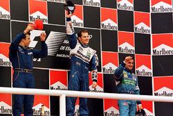Podium : le vainqueur Jacques Villeneuve, Williams, deuxième place Olivier Panis, Prost Grand Prix, Jean Alesi