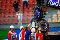 Marshals verwijderd de beschadigde auto van Brendon Hartley, Toro Rosso STR13, terwijl de versnellingsbak eraan hangt