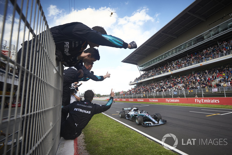 Lewis Hamilton, Mercedes AMG F1 W09, 1st position, takes victory to the delight of his team on the pit wall