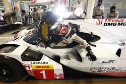 #1 Porsche Team Porsche 919 Hybrid: Neel Jani in the pits