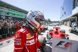 El ganador de la carrera de Brasil, Sebastian Vettel, Ferrari, celebra en Parc Ferme