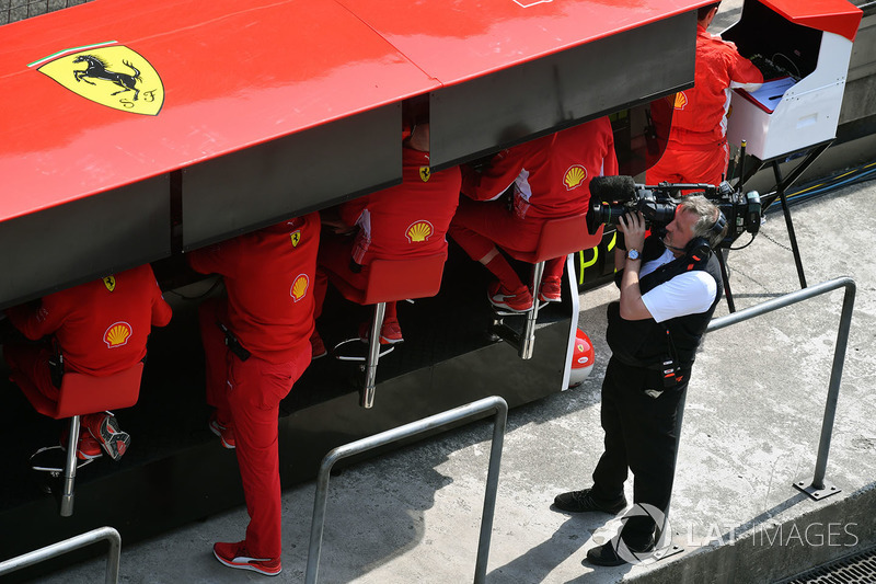 Le muret des stands Ferrari avec un caméraman