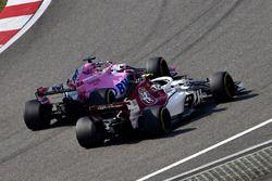 Charles Leclerc, Sauber C37 et Sergio Perez, Force India VJM11