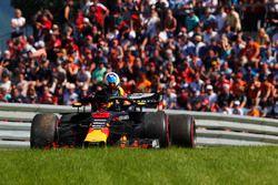 Daniel Ricciardo, Red Bull Racing, quitte sa voiture après avoir abandonné
