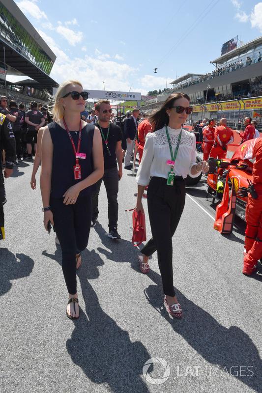 Emilia Pikkarainen, moglie di Valtteri Bottas, Mercedes-AMG F1 e Minttu Virtanen, moglie di Kimi Raikkonen, Ferrari, in griglia