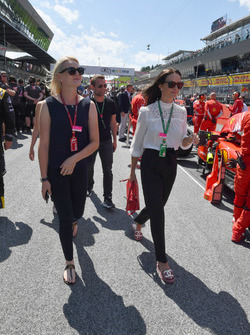 Emilia Pikkarainen, wife of Valtteri Bottas, Mercedes-AMG F1 and Minttu Virtanen, wife of Kimi Raikkonen, Ferrari on the grid