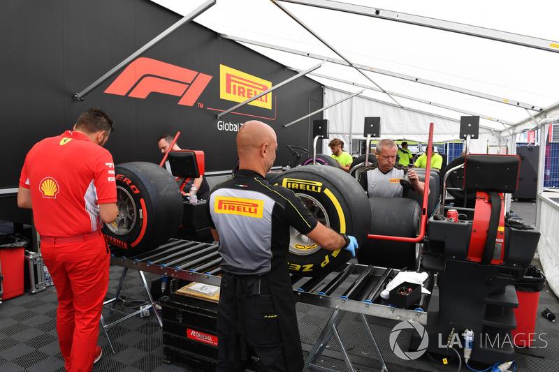 Tenda persiapan ban Pirelli