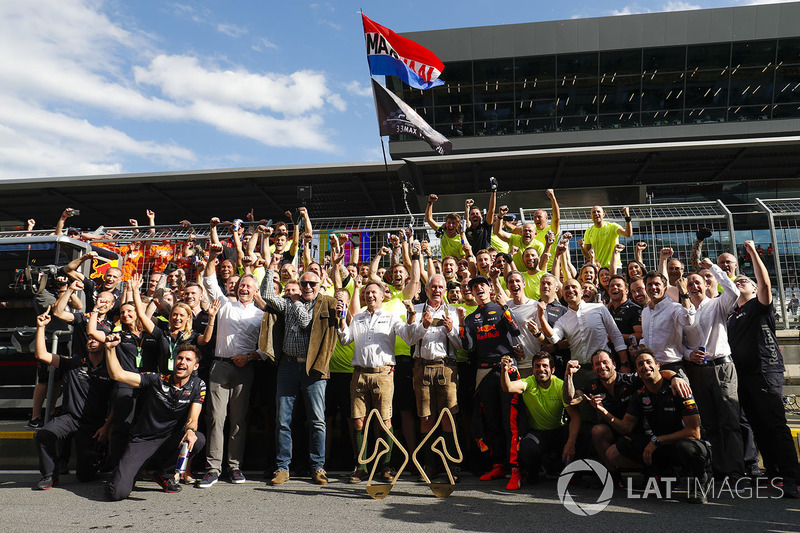 Jonathan Wheatley, Team Manager, Red Bull Racing, Dietrich Mateschitz, Co-Founder and CEO, Red Bull GmbH, Christian Horner, Team Principal, Red Bull Racing, Helmut Markko, Consultant, Red Bull Racing, Max Verstappen, Red Bull Racing, 1st position, and the Red Bull team celebrate victory