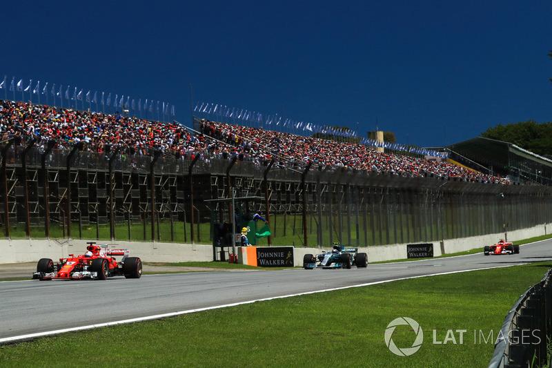 Sebastian Vettel, Ferrari SF70H, Valtteri Bottas, Mercedes-Benz F1 W08 y Kimi Raikkonen, Ferrari SF70H