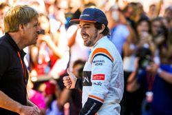 Фотограф агентства LAT Стивен Ти и пилот McLaren Фернандо Алонсо