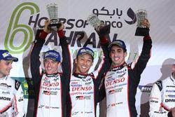 Podio LMP1: i vincitori della gara Sébastien Buemi, Anthony Davidson, Kazuki Nakajima, Toyota Gazoo