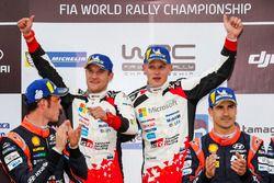 Podium: winnaars Ott Tanak, Martin Järveoja, Toyota Gazoo Racing, tweede Thierry Neuville, Nicolas Gilsoul, Hyundai Motorsport, derde Dani Sordo, Carlos del Barrio, Hyundai Motorsport