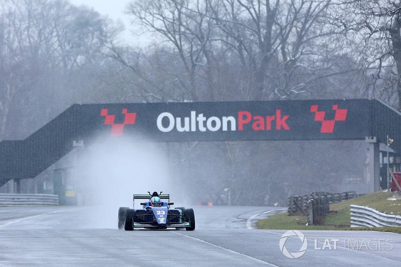 Billy Monger en su coche de carreras regreso a probar el Carlin MSV Fórmula 3