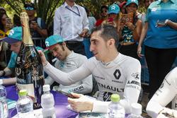 Sébastien Buemi, Renault e.Dams firma la botella del ganador de Mumm Champagne