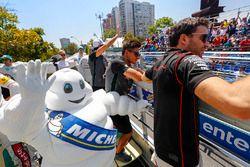 Jérôme d'Ambrosio, Dragon Racing, Mitch Evans, Jaguar Racing en el desfile de pilotos