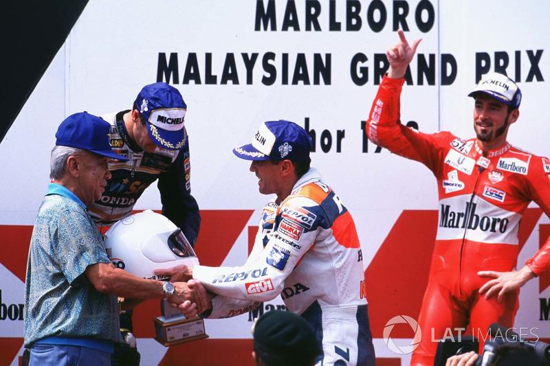 Podium: ganador, Mick Doohan, segundo, Carlos Checa, tercero, Max Biaggi
