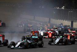 Старт гонки: Нико Росберг, Mercedes F1 W07 Hybrid, Нико Хюлькенберг, Force India VJM09 Mercedes, Мак