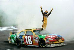 Il vincitore della gara Kyle Busch