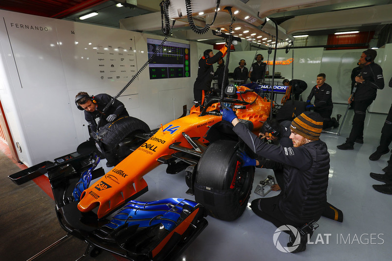 Fernando Alonso, McLaren MCL33, in the pits