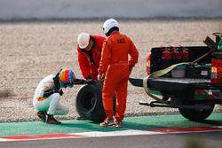 Fernando Alonso, McLaren, inspecte la roue