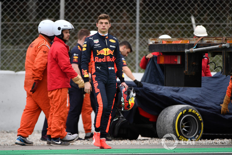Max Verstappen, Red Bull Racing entra después de girar en la grava