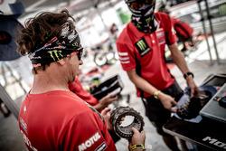 Un mécanicien du Monster Energy Honda Team