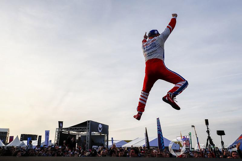 Ganador de la carrera Felix Rosenqvist, Mahindra Racing, celebra en el podio