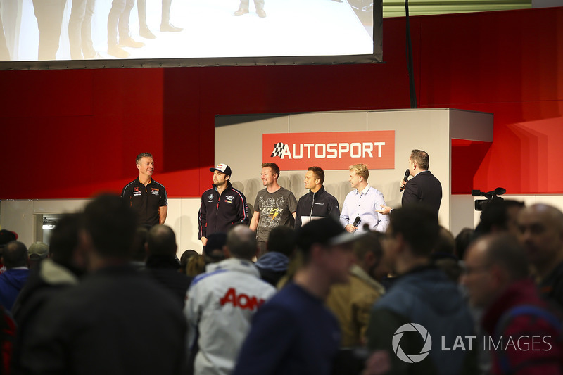 BTCC-kampioenen Matt Neal, Andrew Jordan, Gordon Shedden, Colin Turkington en Ashley Sutton praten m