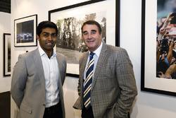 Nigel Mansell en Karun Chandhok op de stand van LAT Images