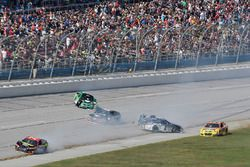 Авария Джейми Макмарри, Chip Ganassi Racing Chevrolet, Эрика Джонса, Furniture Row Racing Toyota и Д