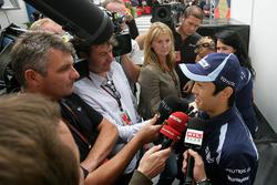 Kazuki Nakajima, Williams FW29 in a media scrum