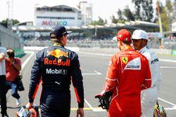 Polesitter Sebastian Vettel, Ferrari SF70H met Max Verstappen, Red Bull Racing, en Lewis Hamilton, M