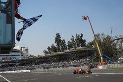 Max Verstappen, Red Bull Racing RB13, passe sous le drapeau à damier