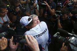 Le Champion du monde 2017 Lewis Hamilton, Mercedes AMG F1, fête son titre avec sa mère Carmen Lockhart et son équipe