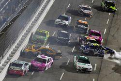 Авария Кевина Харвика, Stewart-Haas Racing Ford и Тревора Бейна, Roush Fenway Racing Ford