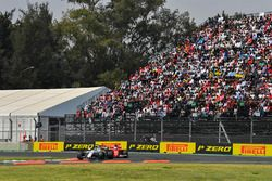 Felipe Massa, Williams FW40 and Sebastian Vettel, Ferrari SF70H
