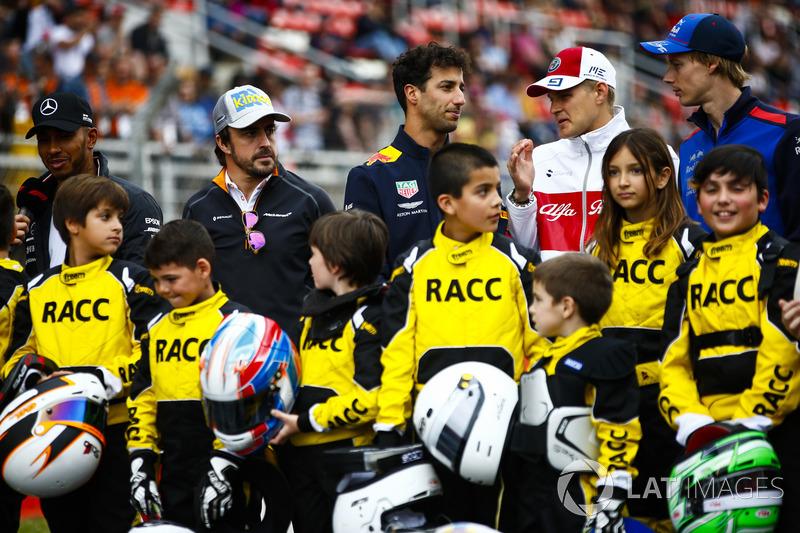 Los jóvenes pilotos de kart respaldados por el RACC, el club automovilístico más grande de España, posan con Lewis Hamilton, Mercedes AMG F1, Fernando Alonso, McLaren, Daniel Ricciardo, Red Bull Racing. Marcus Ericsson, y Brendon Hartley, Toro Rosso