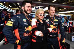 Christina Aguilera con el equipo Red Bull