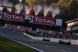 Победители Себастьен Буэми, Казуки Накаджима, Фернандо Алонсо (№8), и обладатели второго места Майк Конвей, Камуи Кобаяши, Хосе Мария Лопес, Toyota Gazoo Racing, Toyota TS050 Hybrid (№7)