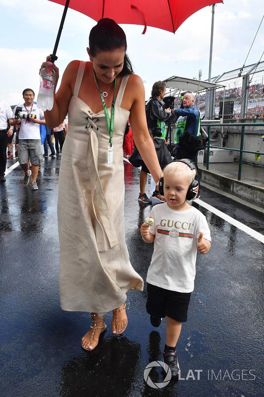 Minttu Virtanen, moglie di Kimi Raikkonen, Ferrari, con il figlio Robin Raikkonen