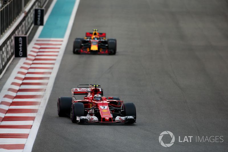 Kimi Raikkonen, Ferrari SF70H, voor Max Verstappen, Red Bull Racing RB13