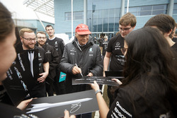 Niki Lauda, voorzitter Mercedes AMG F1 met teamleden