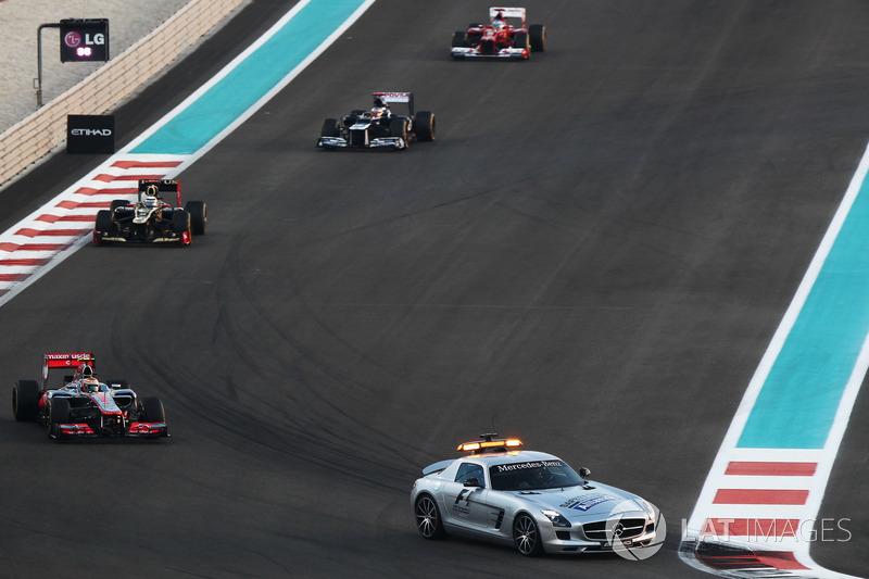 Lewis Hamilton, McLaren MP4-27 güvenlik aracının arkasında lider