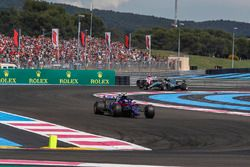 Pierre Gasly, Scuderia Toro Rosso STR13 et Valtteri Bottas, Mercedes-AMG F1 W09 avec des dégâts au premier tour
