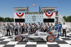 Josef Newgarden, Team Penske Chevrolet e il team, festeggiano nella Victory Lane