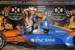 1. Scott Dixon, Chip Ganassi Racing Honda, mit Ehefrau Emma