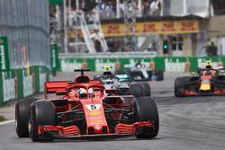 Sebastian Vettel, Ferrari SF71H, y Valtteri Bottas, Mercedes AMG F1 W09