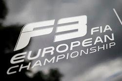 Логотип чемпионата F3 на борту трейлера
