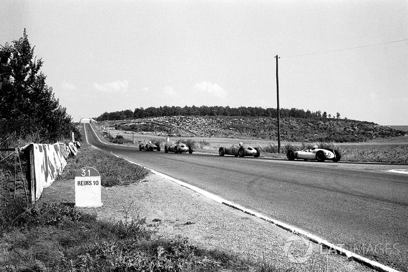 Giancarlo Baghetti, Ferrari 156 precede le Porsche di Dan Gurney, e Jo Bonnier