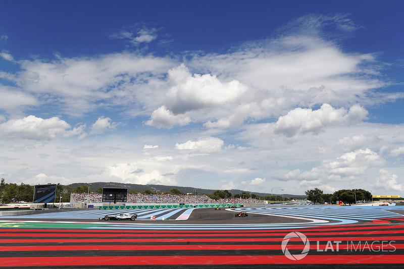 Lewis Hamilton, Mercedes AMG F1 W09, devant Max Verstappen, Red Bull Racing RB14, Carlos Sainz Jr., Renault Sport F1 Team R.S. 18, et Daniel Ricciardo, Red Bull Racing RB14